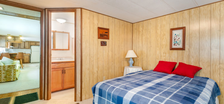 Guest room with en-suite bath